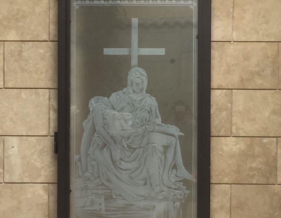 Vetrata apribile con cristallo scolpito raffigurante la Pietà di Michelangelo