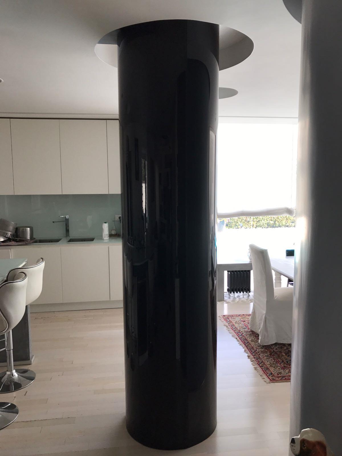 Rivestimento colonne in cristallo curvo smaltato nero, con possibilità di variante in qualsiasi colore