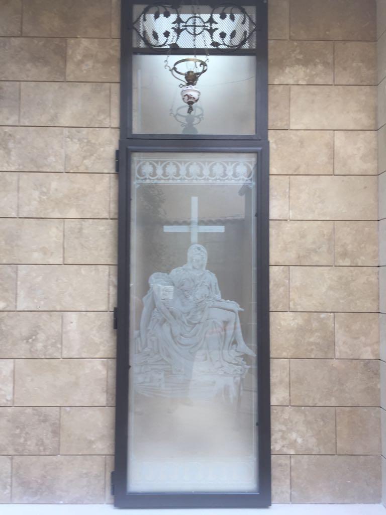 Realizzazione della vetrata di ingresso di una cappella privata con raffigurazione della Pietà di Michelangelo