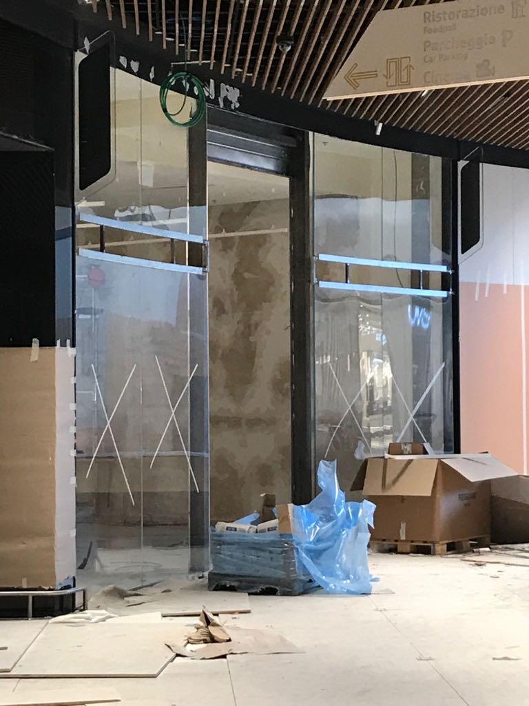 Realizzazione vetri curvi Roma: vetrine espositive in cristallo curvo